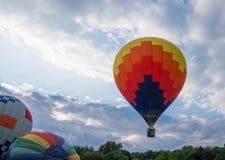Горячий воздушный шар двигая далеко от поля Стоковые Изображения RF