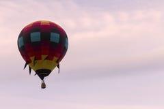 Горячий воздушный шар в мягком небе лаванды Стоковая Фотография RF