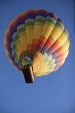 Горячий воздушный шар в небе снизу пестротканого Стоковые Изображения RF
