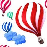 Горячий воздушный шар в небе с предпосылкой облака Улучшите для приглашений, плакатов и карточек Стоковое фото RF