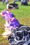 Горячий воздушный шар готовый для собрания на поле Стоковые Фото