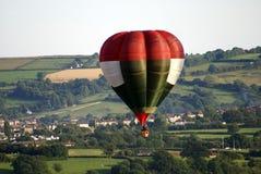 Горячий воздушный шар летая далеко над городом Бристоля в Англии Стоковые Фотографии RF