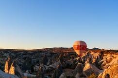 Горячий воздушный шар летая над долиной на восходе солнца cappadocia индюк Стоковые Изображения