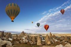 Горячий воздушный шар летая над Cappadocia, Турцией стоковое изображение