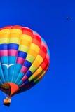 Горячий воздушный шар на совершенной сини Стоковые Изображения