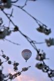 Горячий воздушный шар перемещаясь в ветер Стоковые Изображения RF