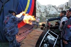 Горячий воздушный шар подготовлен для принимает около Goreme в Турции Стоковое Фото