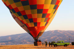 Горячий воздушный шар принимает на Cappadocia, Турцию Стоковое фото RF