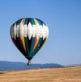 Горячий воздушный шар приходя внутри для посадки Стоковая Фотография
