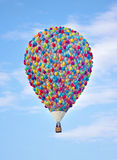Горячий воздушный шар сделанный из воздушных шаров Летание воздушного шара в пасмурном голубом небе Вверх по Стоковые Изображения RF