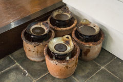 Горячий воск в сковороде na górze плиты покрытой фото глиняного горшка принятым в Pekalongan Индонезию стоковая фотография