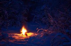 Горячий грея лагерный костер в снежной зиме Стоковые Фотографии RF