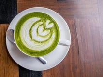 Горячий зеленый чай с молоком в белой чашке Стоковое Изображение
