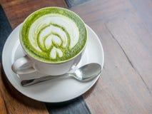 Горячий зеленый чай с молоком в белой чашке Стоковая Фотография RF