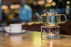 Горячий зеленый чай в стеклянном прозрачном чайнике Стоковые Фотографии RF