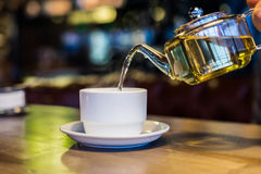Горячий зеленый чай в стеклянном прозрачном чайнике Стоковое Фото