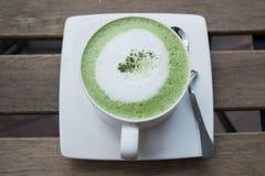 Горячий зеленый чай на деревянной таблице Стоковое фото RF