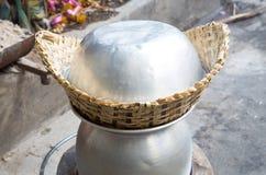 Горячий липкий рис в старом деревянном распаровщике Стоковые Изображения