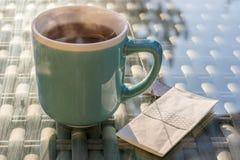 Горячий испаряясь травяной чай с носовым платком стоковые фотографии rf