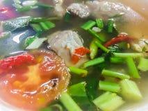 Горячий и пряный суп с нервюрами свинины, тайская еда стиля Суп хрящевины свинины Тома yum с томатом и лук листают стоковые изображения
