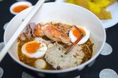 Горячий и пряный тайский суп лапши Том Yum стоковые фото