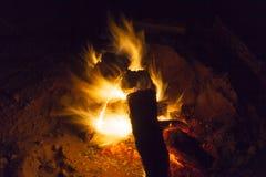 Горячий камин вполне горения древесины и огня Стоковое Изображение