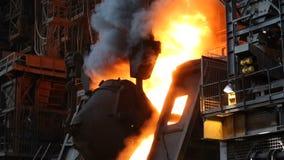 Горячий ковш утюга полит в контейнер Все горит Широкомасштабная металлургическая продукция акции видеоматериалы