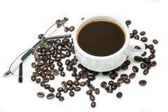 Горячий кофе в белых чашке и кофейном зерне и стеклах Стоковое Фото