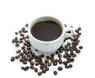 Горячий кофе в белых чашке и кофейном зерне Стоковое Изображение RF