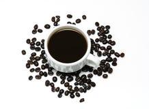 Горячий кофе в белых чашке и кофейных зернах Стоковое Изображение RF