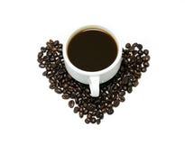 Горячий кофе в белых чашке и кофейных зернах Стоковые Фотографии RF