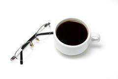 Горячий кофе в белых чашке и стеклах Стоковая Фотография RF