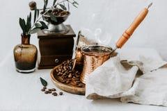 Горячий кофе в турецких бондаре и кофе стоковая фотография rf