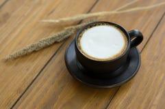 Горячий кофе в черной чашке Стоковые Фотографии RF