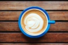 Горячий кофе на деревянной предпосылке Стоковое фото RF