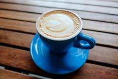 Горячий кофе на деревянной предпосылке Стоковая Фотография RF