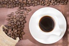 Горячий кофе на реднин-сумке Кофейное дерево стоковые фото