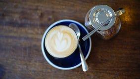 Горячий кофе с желтым сахарным песком стоковые изображения rf