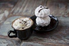 Горячий кофе с зефирами в чашке Стоковое Фото