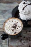 Горячий кофе с зефирами в чашке Стоковые Фотографии RF