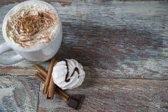 Горячий кофе с зефирами в чашке Стоковые Фото