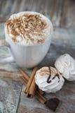 Горячий кофе с зефирами в чашке Стоковые Изображения RF