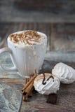 Горячий кофе с зефирами в чашке Стоковое Изображение RF