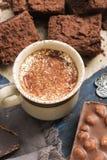 Горячий кофе с молоком, шоколадом с гайками, частями пирога шоколада стоковое фото