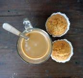 Горячий кофе с 2 пирожными банана на таблице тимберса Стоковое фото RF