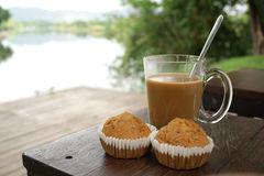 Горячий кофе с 2 пирожными банана на таблице тимберса Стоковое Изображение RF