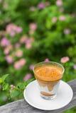 Горячий кофе льет на верхних холодных молоке и сливк Стоковые Изображения RF
