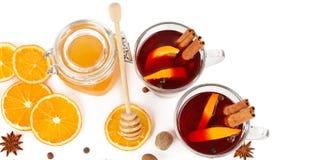 Горячий красный цвет обдумывал вино, мед пчелы, куски апельсинов и spices iso Стоковые Изображения