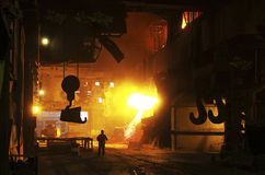 Горячий металл расплавленный в фабрике Стоковые Изображения