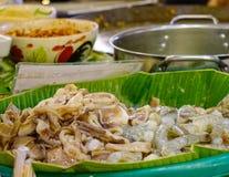 Горячий набор бака с много сырцовая еда стоковые изображения